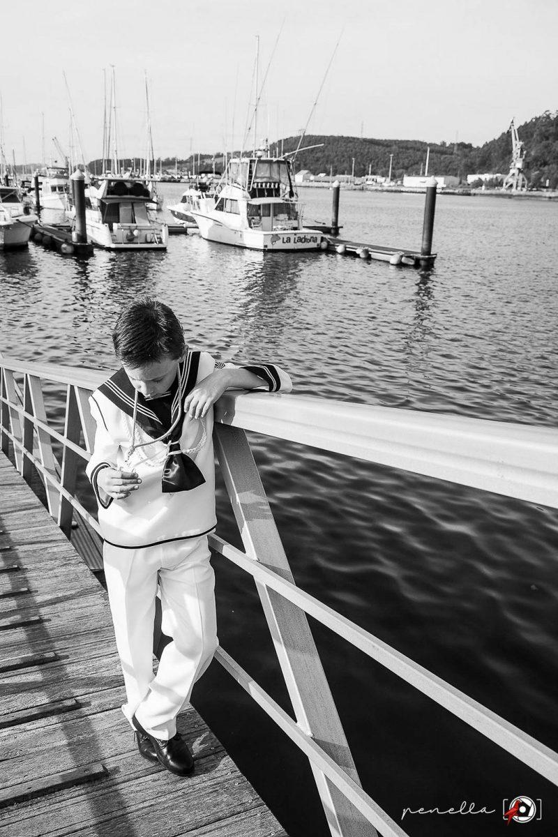 Fotógrafo de Comunión en exteriores en zonas de los concejos de Soto del Barco, Oviedo, Gijón y Avilés. Fotografía en blanco y negro de Penella Fotografía