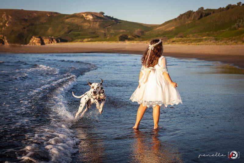 Fotógrafo de Primera Comunión en exteriores en la playa, zonas de Gijón, Avilés y Oviedo, Penella Fotografía