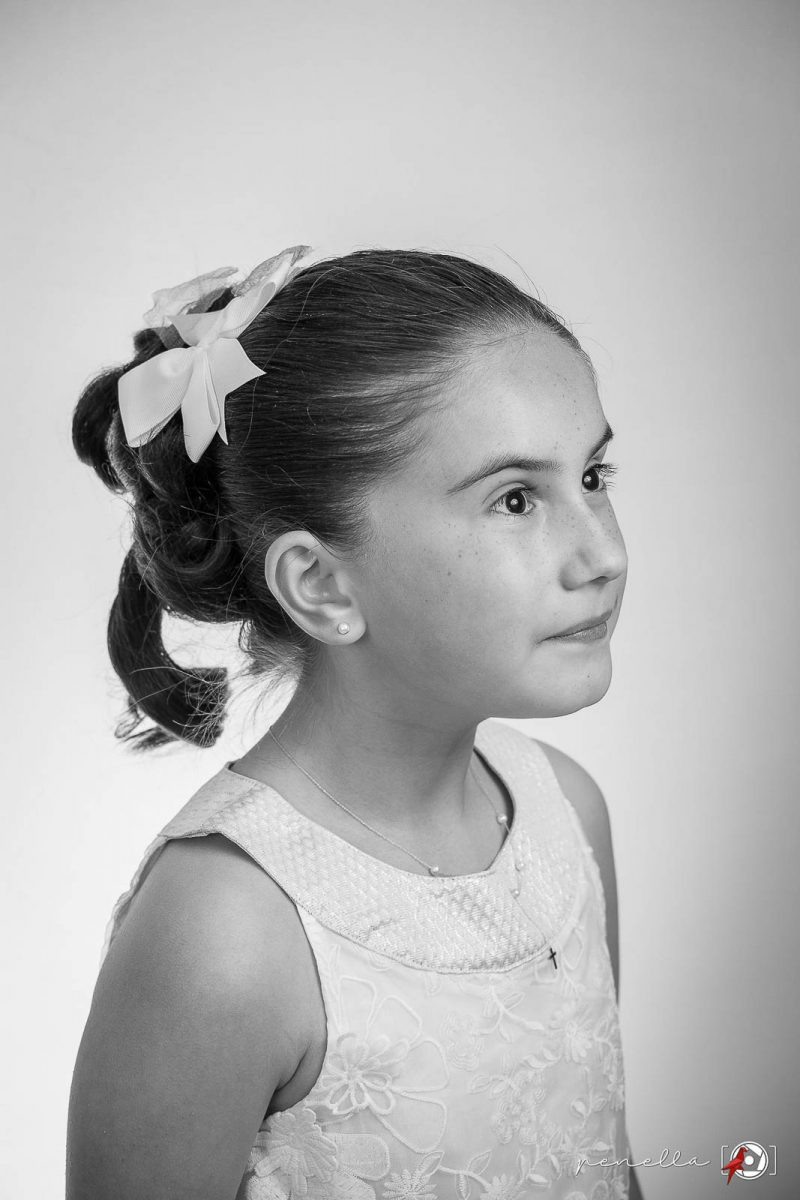 Fotografía en blanco y negro del fotógrafo de Primera Comunión a domicilio en Asturias, Penella Fotografía