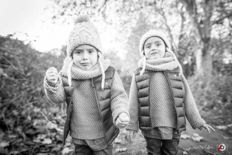 Fotógrafo infantil y de niños a domicilio en Asturias Penella Fotografía, sesión de otoño en blanco y negro