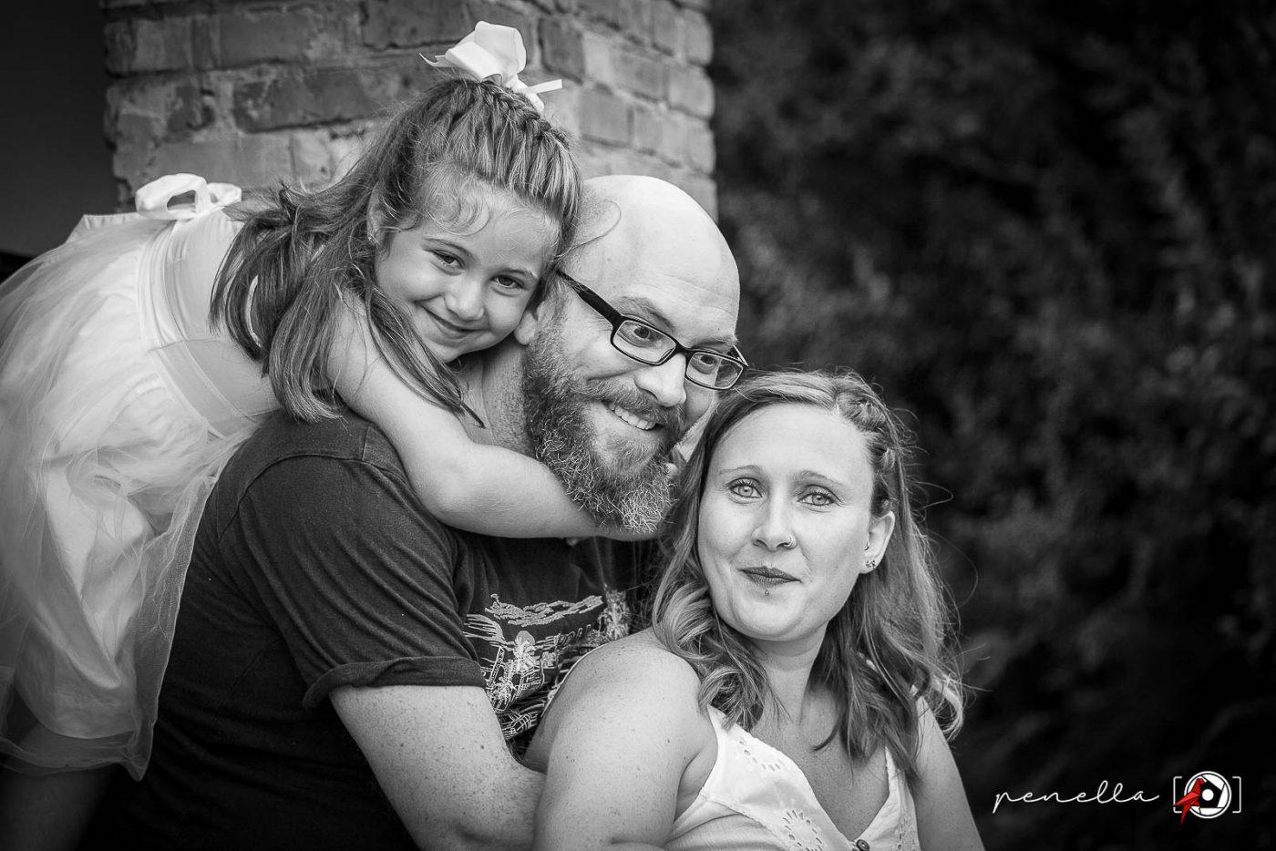 Foto en blanco y negro de boda o postboda divertida en familia en Asturias