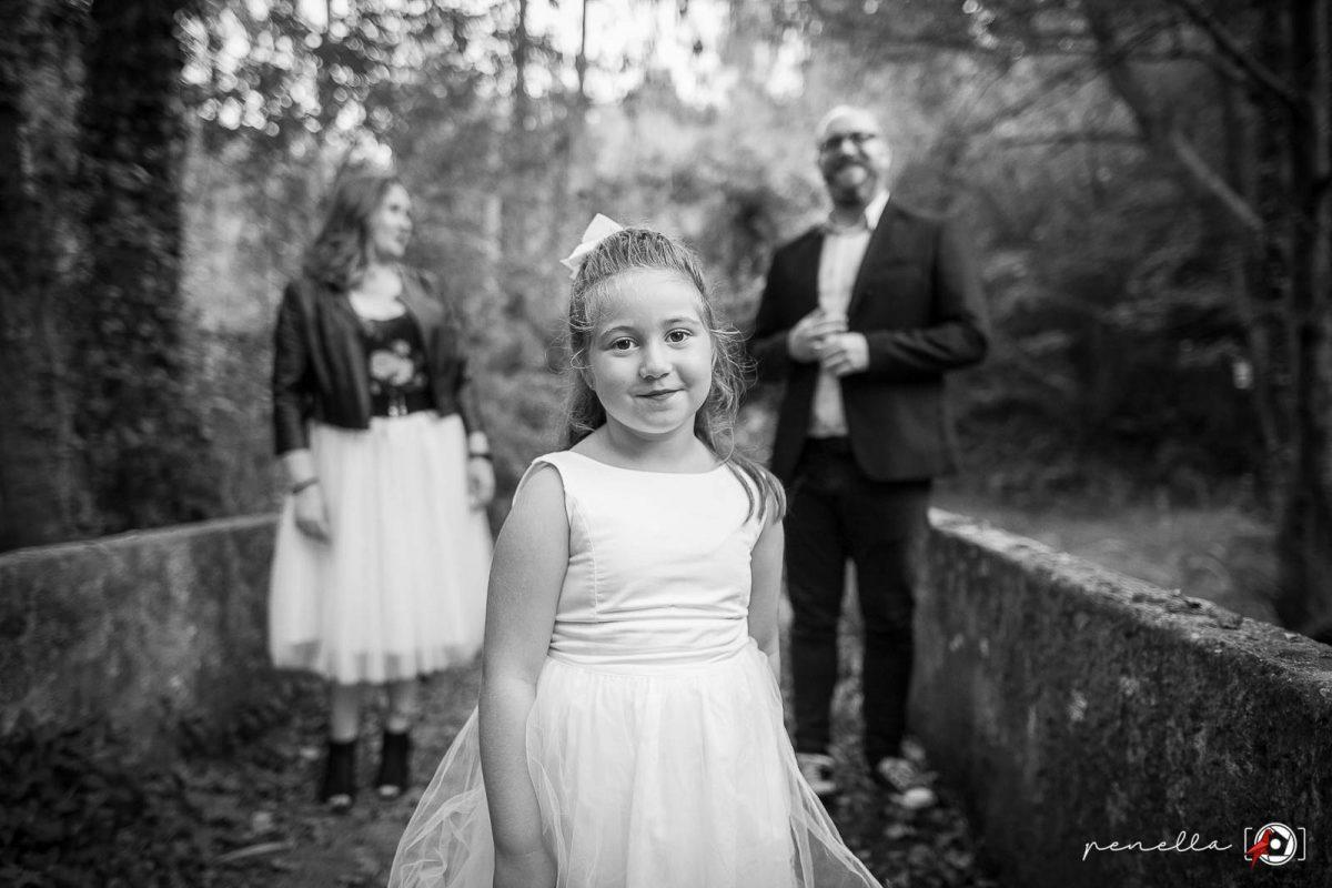 Foto de familias y reportaje familiar de padres e hijos en Asturias, Avilés, Gijón y Oviedo. Penella Fotografía en blanco y negro