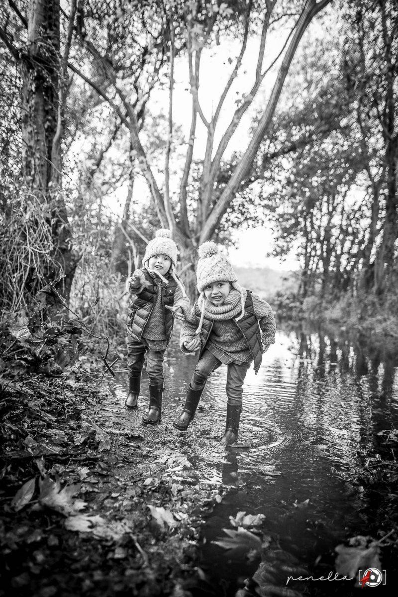 Foto en blanco y negro infantil y de niños en sesión otoñal en Asturias, Oviedo, Avilés y Gijón Penella Fotografía