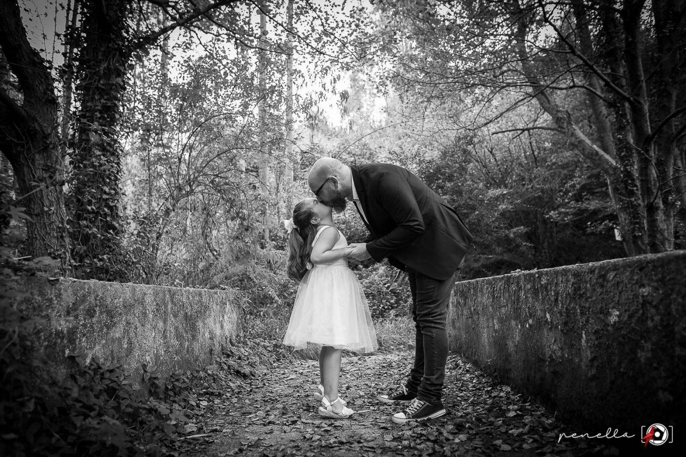 Fotografía de familia y reportaje familiar de padres con hijos en Asturias del fotógrafo Penella, fotografía en blanco y negro