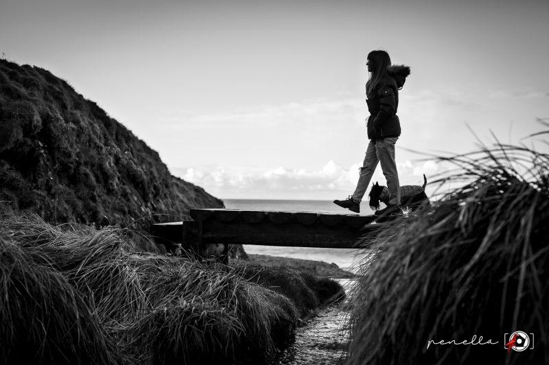 Reportaje en blanco y negro exterior de mascotas en Asturias de la fotógrafa Penella Fotografía