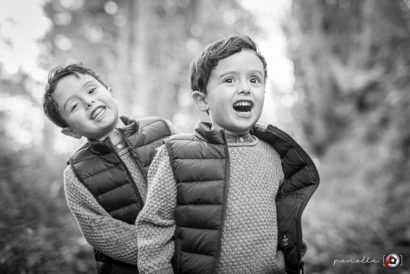 Reportaje de niños e infantil en Asturias del fotógrafo Penella Fotografía, sesión fotográfica de otoño en blanco y negro