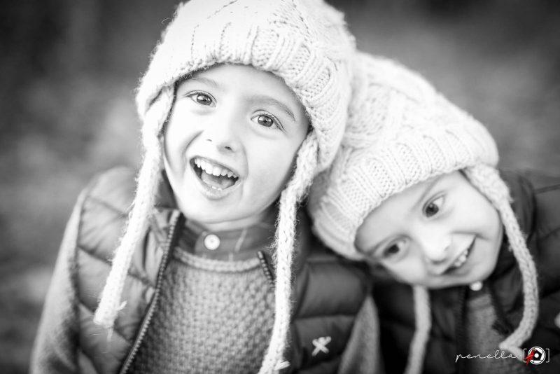 Reportaje de niños e infantil en Asturias en blanco y negro en sesión de otoño, autor PenellaFotografia.com