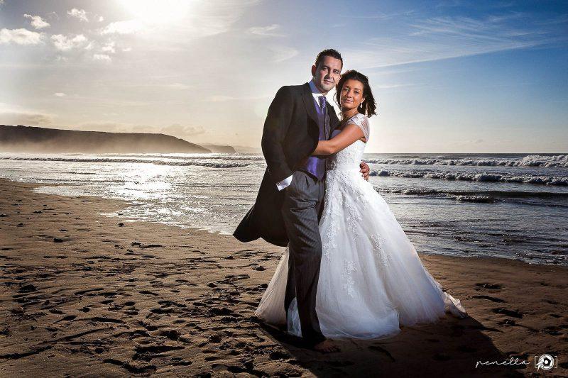 fotografía de boda a contraluz en la playa de Xagó en Asturias