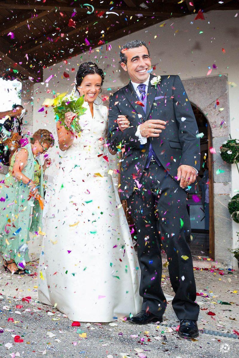 lluvia de pétalos a la salida de la iglesia en boda en Asturias