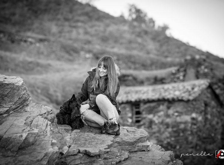 Sesión de fotos en blanco y negro de mascota perros y gatos en Asturias de la fotógrafa Penella Fotografía